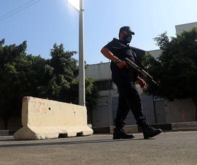 Palestyński policjant podczas patrolu w Strefie Gazy