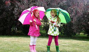 Kolorowe kurtki przydadzą się w czasie deszczowej zabawy