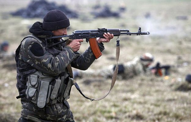 Członek ukraińskiego ochotniczego oddziału Donbas ćwiczy w okolicach Mariupola