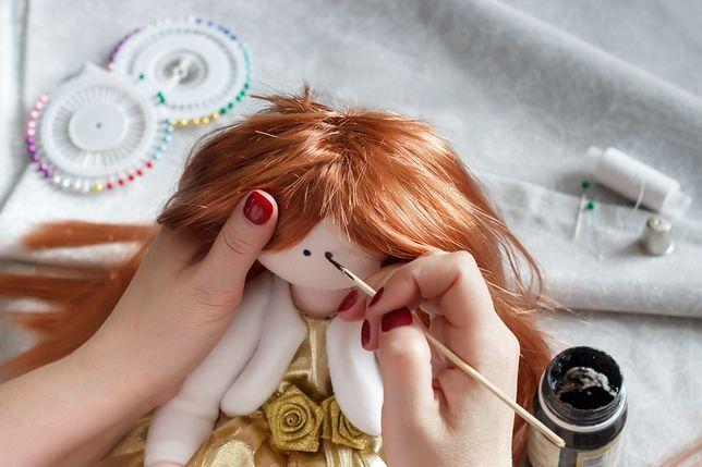 Przygotowanie lalki może być o wiele bardziej czasochłonne niż uszycie misia.