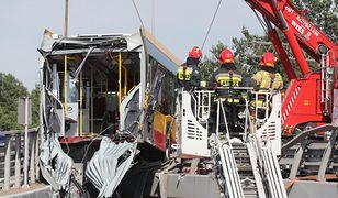 Warszawa. Wypadek autobusu miejskiego na trasie S8. Autobus przebił bariery spadł na nasyp przy Wisłostradzie