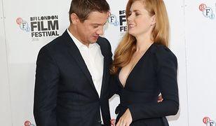 Jeremy Renner nie mógł oderwać wzroku od krągłości Amy Adams