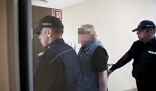 Gostynin. Mariusz T. w asyście policji wchodzi na salę rozpraw