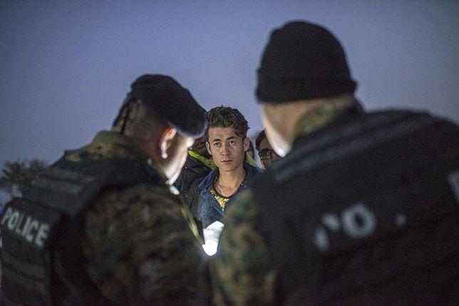 Patrol policji macedońskiej kontroluje uchodźców w pobliżu granicy z Grecją.