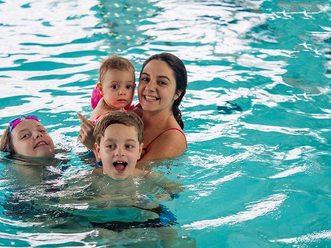 Rodzice małych dzieci mogą mieć na basenie dylemat