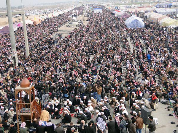 Demonstracja sunnitów po piątkowej modlitwie w Ramadi