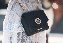 Czarna torba listonoszka. Absolutny klasyk, którego nie może zabraknąć w szafie