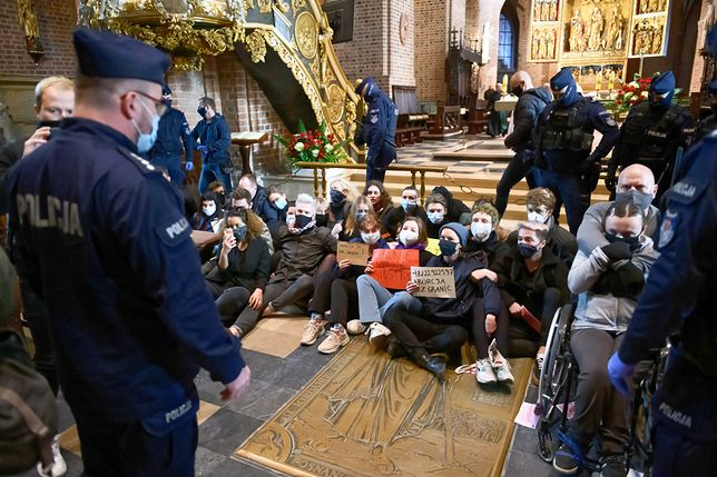 Strajk kobiet. Na ulice Polski wyszły osoby wyrażające sprzeciw wobec wyroku TK