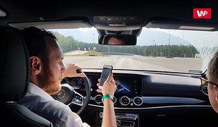Sprawdziliśmy, jak się kończy przeglądanie Facebooka na telefonie podczas jazdy