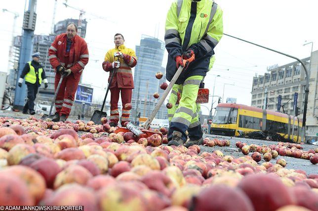 Plac Zawiszy Warszawa - jabłka i spalone opony. Zarząd Oczyszczania Miasta uprzątnął pozostawiony bałagan.