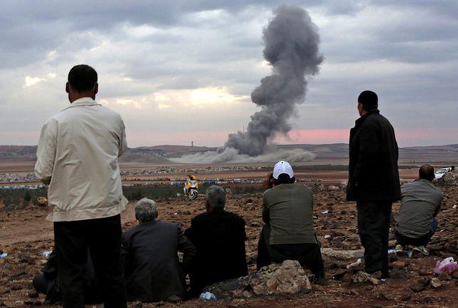 Ostrzał miasta w Syrii Kobane, gdzie trwa walka z Państwem Islamskim, widoczny z tureckiej strony granicy; październik 2014 r.
