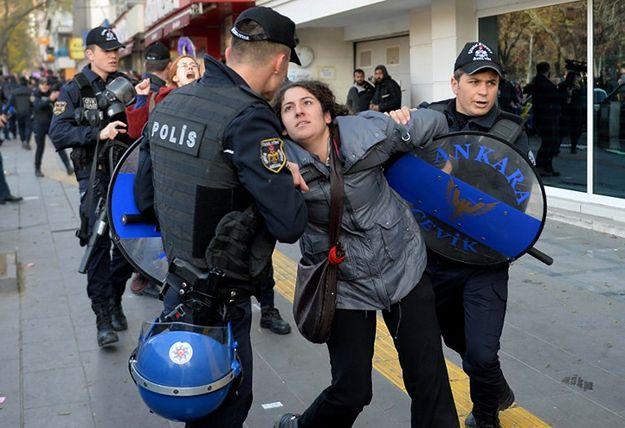 Turcja: obławy na policjantów i cywili