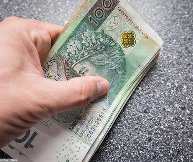Bank wyprasza klientów za pieniądze.