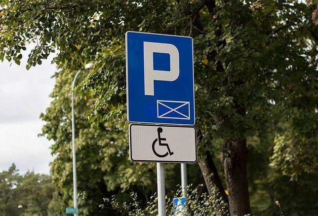 Na razie jest klepisko, ale ma być prawdziwy parking. Z parkomatem