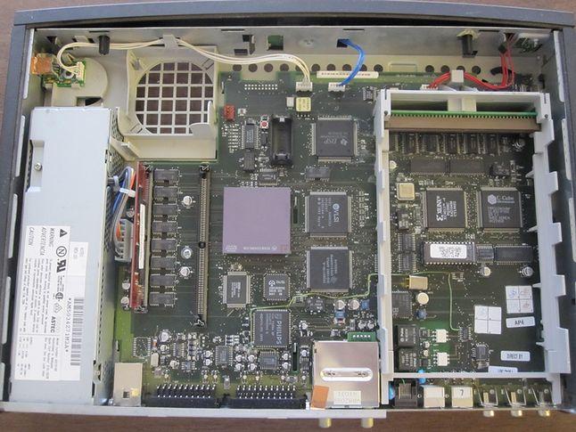 Płyta główna Apple Interactive Television Box. Choć bazowała na płycie głównej Macintosha 475 już na pierwszy rzut oka widać spore różnice. Widoczne układy firmy PHILIPS, których nie było w oryginalnym LC 475.
