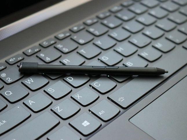 """Pióro - mniejsze, niż u konkurentów i bez """"gumki"""" u góry. Oraz klawiatura. Bardzo dobra."""