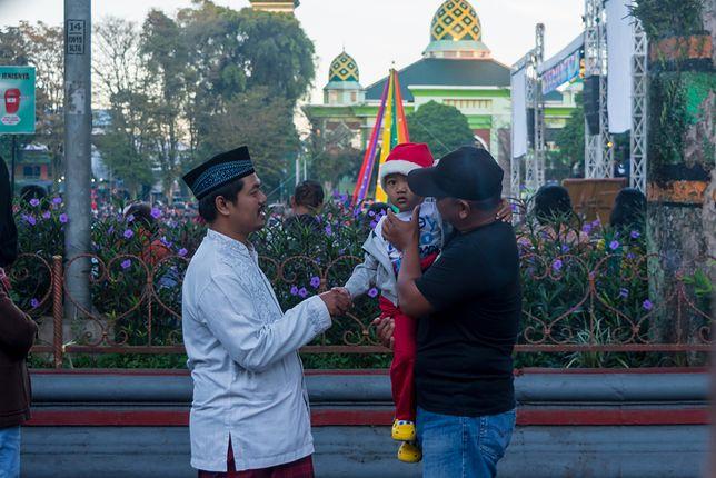 """W Indonezji także śpiewa się kolędy, a do najpopularniejszych należy """"Malam Kudus"""" czyli """"Cicha Noc"""""""