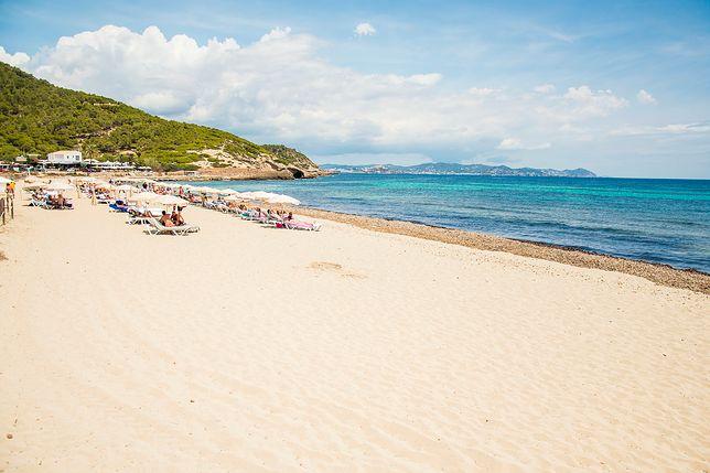 Es Cavallet to najpopularniejsza plaża dla nudystów na Ibizie