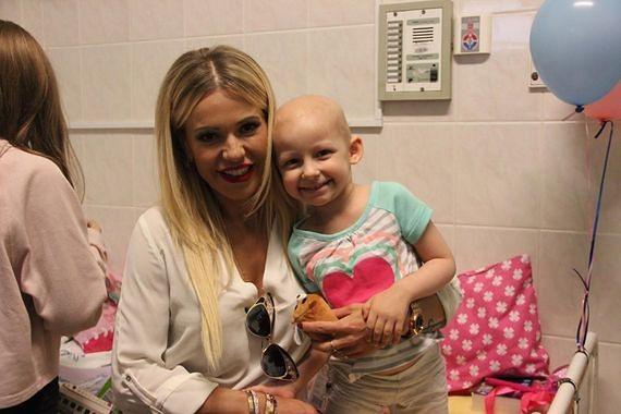 Zaprosili wiele gwiazd. Tylko Doda zgodziła się odwiedzić dzieci chore na raka