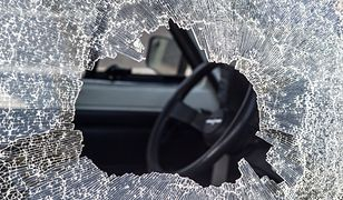 Spadający talerz wybił szybę i uszkodził maskę samochodu stojącego pod blokiem