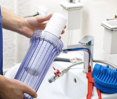 Najprostszym i najtańszym rozwiązaniem jest jednopunktowy filtr zmiękczający wodę.