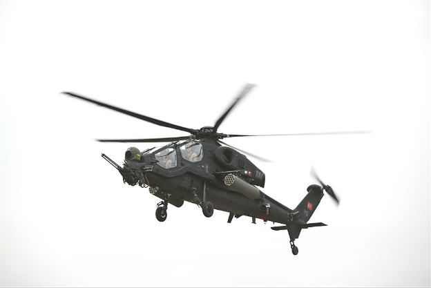 Pokaz śmigłowca uderzeniowego T129 ATAK w Warszawie. Zbrojeniowi giganci walczą o kontrakt