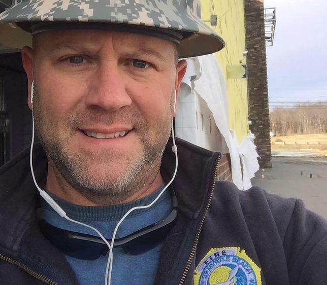 Jeden telefon zmienił życie strażaka. Uratował niemowlę, a potem je adoptował
