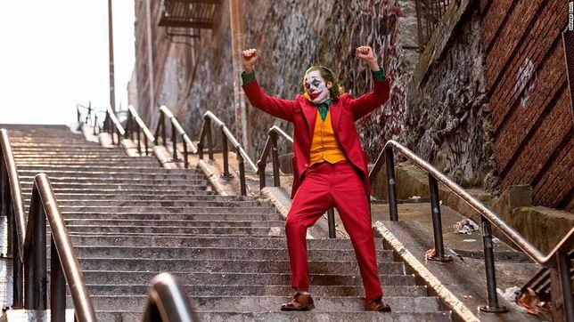 Joaquin Phoenix tańczący na słynnych schodach zachwycił widzów