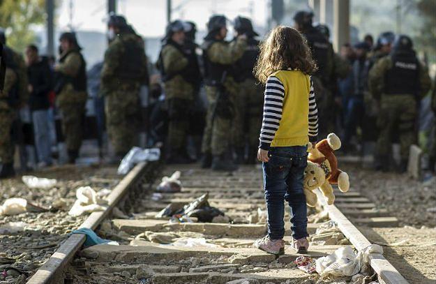 Dziewczynka na granicy Macedonii z Grecją