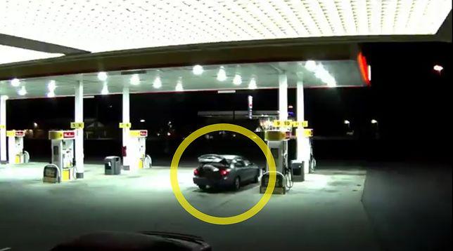Kobieta skorzystała z okazji, gdy porywacz opuścił samochód i uciekła z bagażnika.