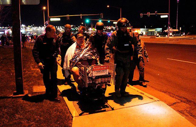 Policja ewakuuje mężczyznę ze sklepu po ataku
