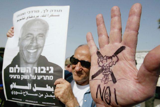 Demonstranci czekający na uwolnienie Vanunu w 2004 r.