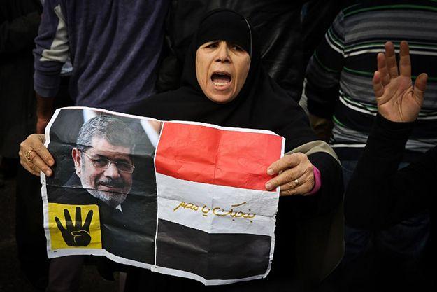 Demonstracja zwolenników Bractwa Muzułmańskiego przed sądem podczas procesu przywódców ugrupowania.