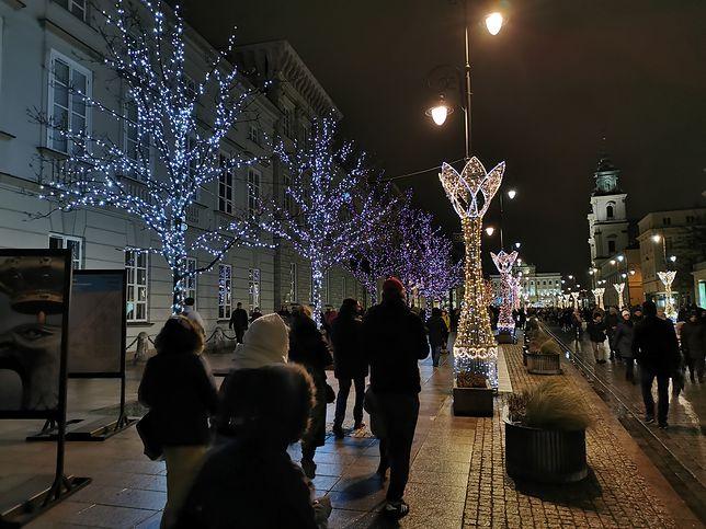 Warszawa gotowa na święta. Świąteczna iluminacja zachwyca przechodniów