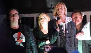 Anja Rubik przed Sejmem podczas protestu przeciwko karze więzienia za edukację seksualną nieletnich