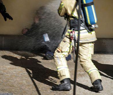 Strażacy oblali wodą mężczyznę, który usiłował się podpalić