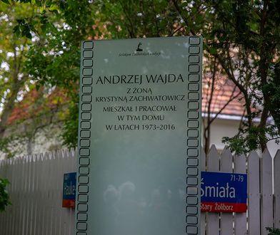 Warszawa. Odsłonięto tablicę upamiętniającą Andrzeja Wajdę