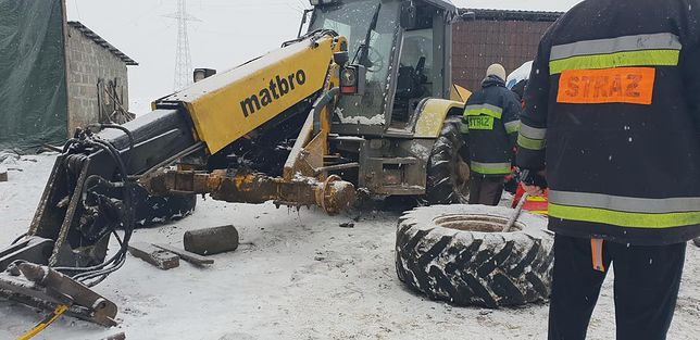 Na miejsce strażacy sprowadzili ciężki sprzęt, dzięki któremu udało się wydobyć 25-latka spod maszyny