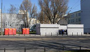 Czerwone wychodki stanęły przy pomniku Umschlagplatz