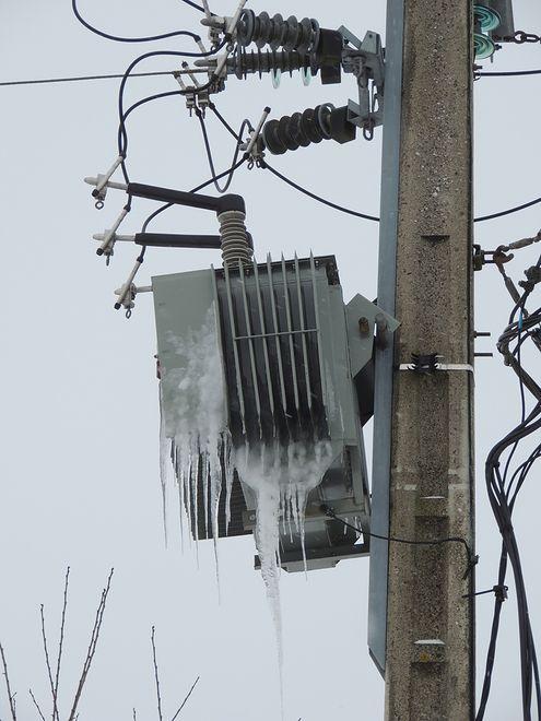 Jeśli mieszkasz w okolicy, w której przerwy w dostawie prądu nie należą do rzadkości, weź pod uwagę zakup generatora, czyli agregatu prądotwórczego. Będzie to twoja mikro-elektrowania