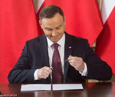 Na zdj. Andrzej Duda podpisujący ustawę