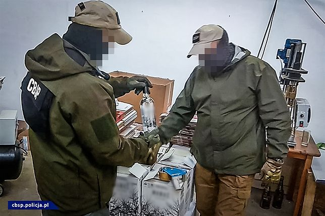 Łódź. Rozlewali nielegalną wódkę. CBŚP przejęło tysiące litrów spirytusu