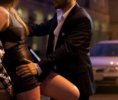 """Świat męskich prostytutek w Cannes. """"Kobiety płacą za seks bez prezerwatywy. Wtedy szaleją"""""""
