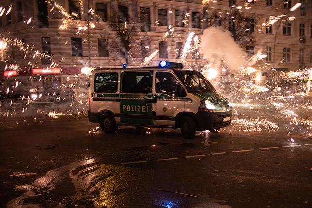 W Berlinie rzucano petardami prosto w samochody i budynki