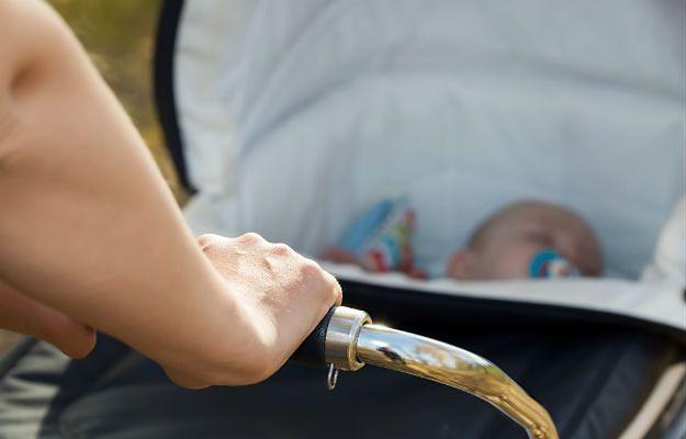 Jastrzębie-Zdrój. Kompletnie pijana matka spacerowała z 8-miesięczną córką