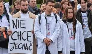 Młodzi lekarze protestują, bo nie chcą emigrować