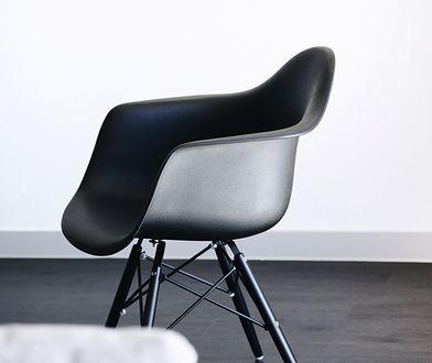 Efektowne krzesła w kolorze czarnym będą niebanalnym akcentem w jadalni lub kuchni