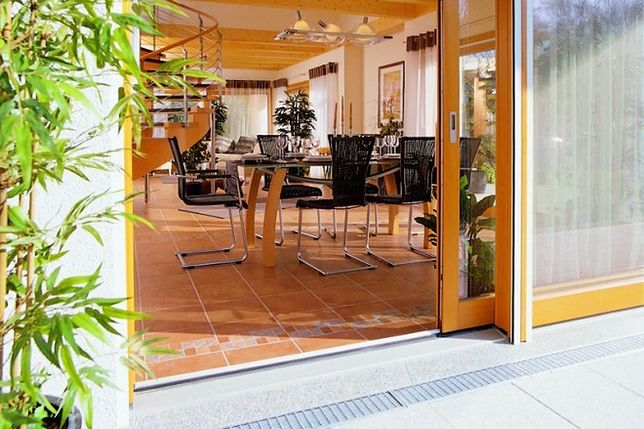 Drzwi balkonowe bez barier: zalety i wady niskiego progu