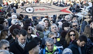 """Włochy. Tysiące osób demonstrujących w Rzymie pod szyldem """"sardynek"""""""