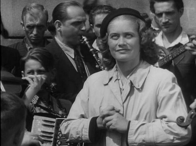 """Alina Janowska na planie swojego debiutanckiego filmu """"Zakazane piosenki"""", reż. Leonard Buczkowski"""